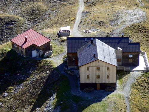 Foto: vince 51 / Wander Tour / Wanderung zur Memminger Hütte / Memminger Hütte vom Abstieg vom Seekogel / 19.06.2007 17:19:41