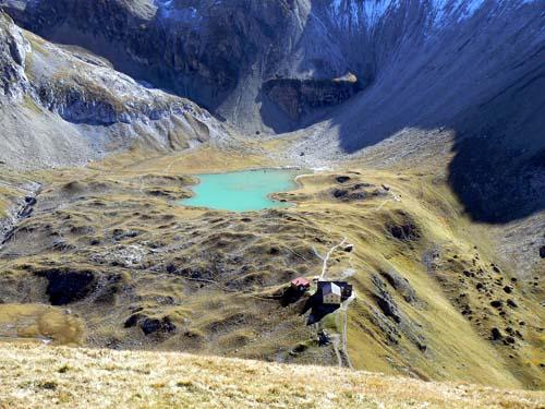 Foto: vince 51 / Wander Tour / Wanderung zur Memminger Hütte / Memminger Hütte und unterer Seewisee / 19.06.2007 17:20:12