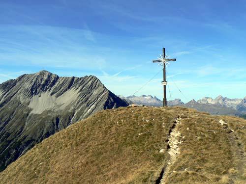 Foto: vince 51 / Wander Tour / Wanderung zur Memminger Hütte / Gipfel Seekogel 2412m, im Hintergrund die Saxerspitze / 19.06.2007 17:20:22
