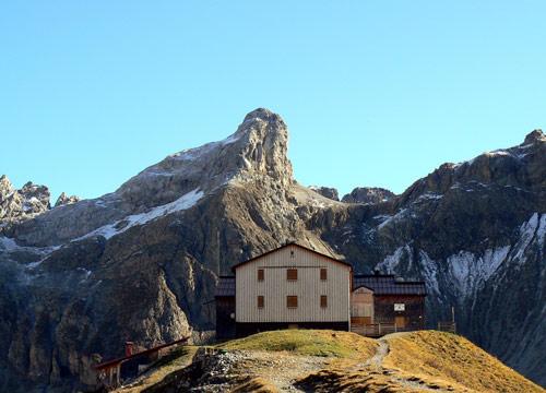 Foto: vince 51 / Wander Tour / Wanderung zur Memminger Hütte / Memminger Hütte von Norden mit Seeköpfel 2562m / 05.05.2007 23:40:08
