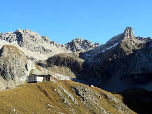 Foto: vince 51 / Wander Tour / Wanderung zur Memminger Hütte / Memminger Hütte mit Seeköpfel und der Seescharte, über die der Europäische Fernwanderweg E5 und auch der E4 führt / 19.06.2007 17:20:51
