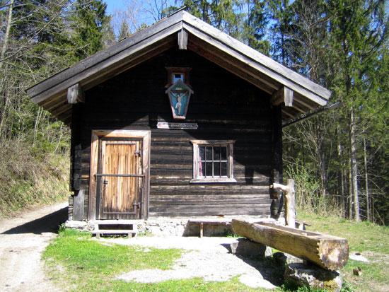 Foto: letsgoactive / Mountainbike Tour / Rund um den Staufen / Nach etlichen Kurven ist diese Hütte von der Forststrasse zu sehen. Da musst daran vorbei. Sonst bist falsch dran. :-)) / 06.05.2007 16:47:36