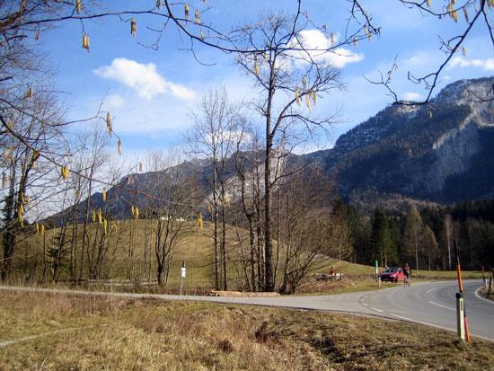 Foto: letsgoactive / Mountainbike Tour / Rund um den Untersberg / Vom Weg kurz 100m auf Asphalt in Richtung Latschenwirt. / 06.05.2007 17:10:52