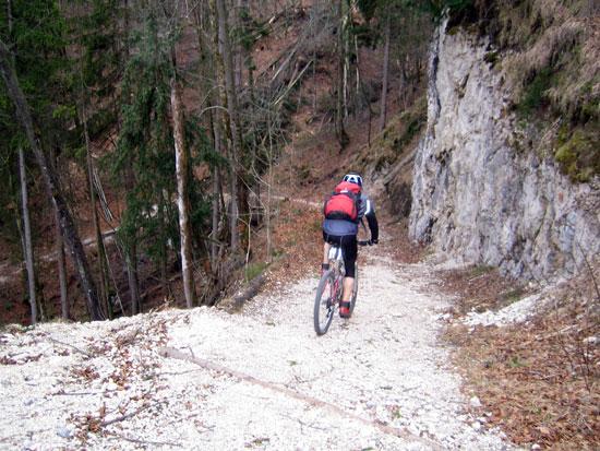 Foto: letsgoactive / Mountainbike Tour / Rund um den Untersberg / Langsam fahren! Wanderweg. / 06.05.2007 17:23:17