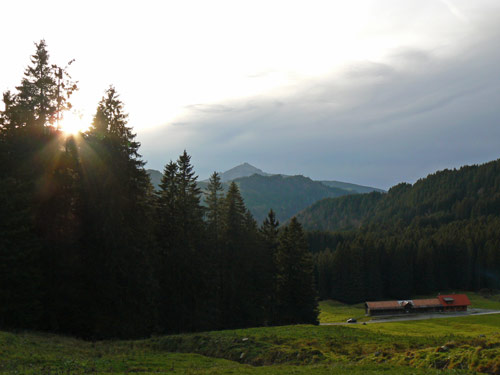 Foto: vince 51 / Wandertour / Familienwanderung zur Reuter Wanne / Wetterumschwung; unten die untere Reuterwannealpe / 06.05.2007 21:57:41