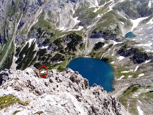 Foto: vince 51 / Wander Tour / Über den Hohen Gang zur Coburger Hütte und auf den Vorderen Drachenkopf (2302m) / Drachensee und Coburger Hütte (im roten Kreis) / 08.05.2007 22:15:46