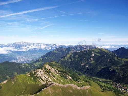 Foto: vince 51 / Wander Tour / Zwei-Gipfel-Rundtour / Rheintal, dahinter der Alpstein mit dem Säntis, rechts Malbun / 11.05.2007 23:22:49