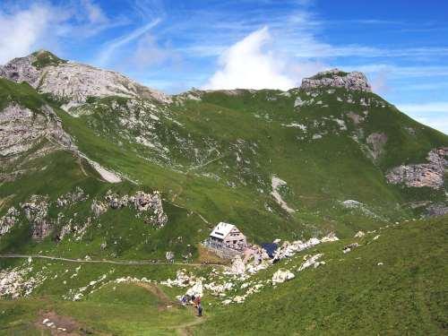 Foto: vince 51 / Wander Tour / Zwei-Gipfel-Rundtour / Pfälzer Hütte mit (links) Augstenberg und Gorfion / 11.05.2007 23:11:36
