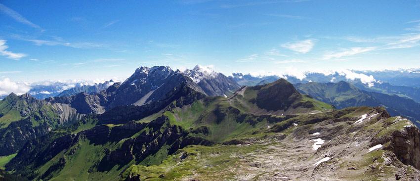 Foto: vince 51 / Wander Tour / Zwei-Gipfel-Rundtour / Blick nach Osten zum Massiv der Schesaplana / 11.05.2007 23:05:03