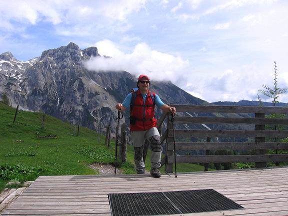 Foto: Andreas Koller / Wandertour / Über die Werfener Hütte auf Streitmandl und Eiskögel (2378  m) / Auf der Ellmau Alm mit Eiskögel im Hintergrund / 15.05.2007 00:48:35