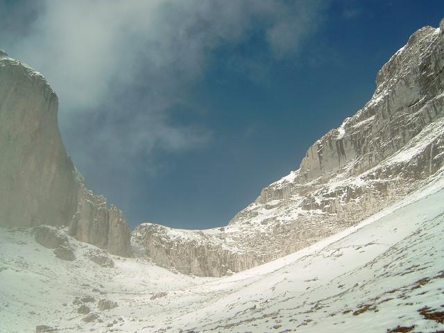 Foto: Andreas Koller / Wandertour / Über die Werfener Hütte auf Streitmandl und Eiskögel (2378  m) / Blick von S in die Tauernscharte / 15.05.2007 00:54:25