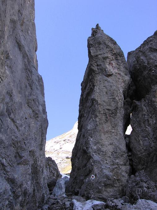 Foto: Andreas Koller / Wandertour / Über die Werfener Hütte auf Streitmandl und Eiskögel (2378  m) / Versicherter Durchschlupf im Abstieg von der Tauernscharte / 15.05.2007 00:54:48