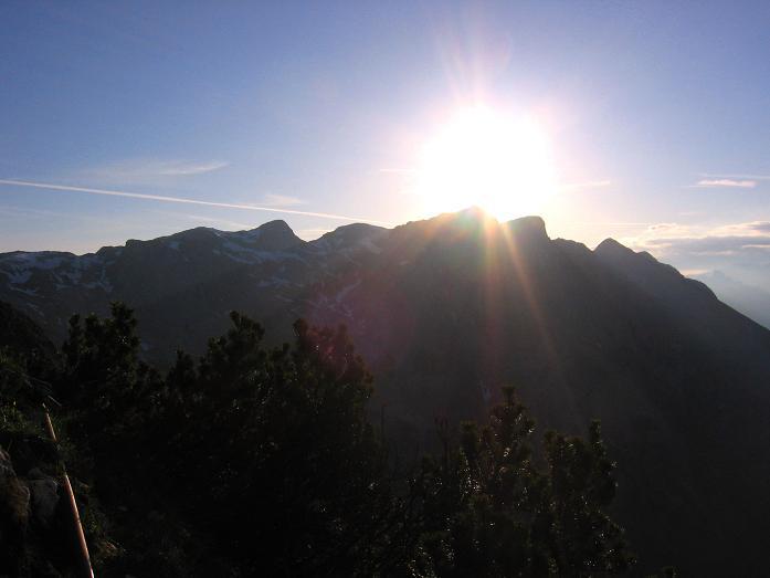 Foto: Andreas Koller / Wandertour / Über die Werfener Hütte auf Streitmandl und Eiskögel (2378  m) / Die Eiskögel in der Morgensonne von der Werfener Hütte / 15.05.2007 00:49:12