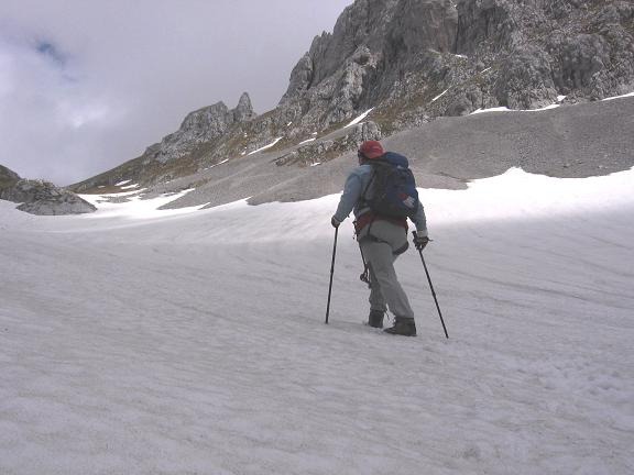 Foto: Andreas Koller / Wandertour / Über die Werfener Hütte auf Streitmandl und Eiskögel (2378  m) / Schneefeld im Throntal / 15.05.2007 00:50:34