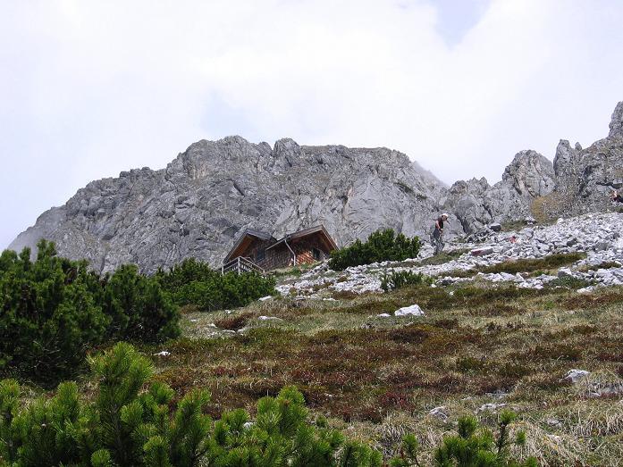Foto: Andreas Koller / Wander Tour / Bleikogel - Runde (2411 m) / Die Werfener Hütte am Fuße des Hochthron (2362 m) / 15.05.2007 01:14:31