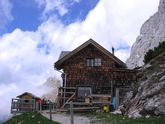 Foto: Andreas Koller / Wander Tour / Bleikogel - Runde (2411 m) / Wie ein Adlerhorst: die Werfener Hütte / 15.05.2007 01:14:51