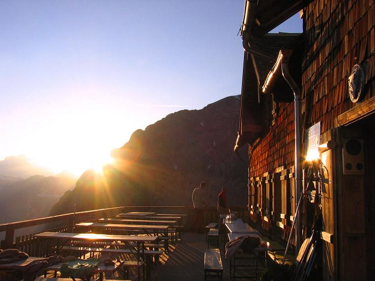 Foto: Andreas Koller / Wander Tour / Raucheck über die Hochthron-Leiter (2431 m) / Werfener Hütte im Abendlicht / 15.05.2007 01:46:12