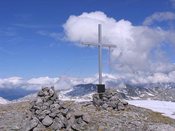 Foto: Andreas Koller / Wander Tour / Raucheck über die Hochthron-Leiter (2431 m) / Gipfelkreuz gegen Bleikogel (2411 m) / 15.05.2007 01:51:45