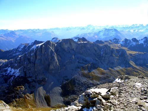 Foto: vince 51 / Wandertour / Von der Tilisunahütte auf die Sulzfluh (2818m) / Blick zu Weissplatte, Scheienfluh und den Silvrettagipfeln / 17.05.2007 16:10:54