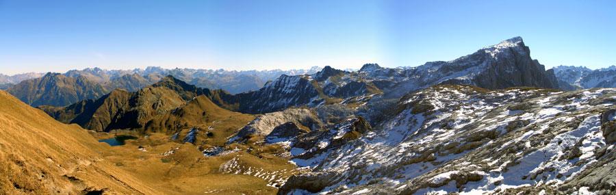 Foto: vince 51 / Wandertour / Von der Tilisunahütte auf die Sulzfluh (2818m) / Tilisunahütte und Weissplatte / 17.05.2007 16:07:12