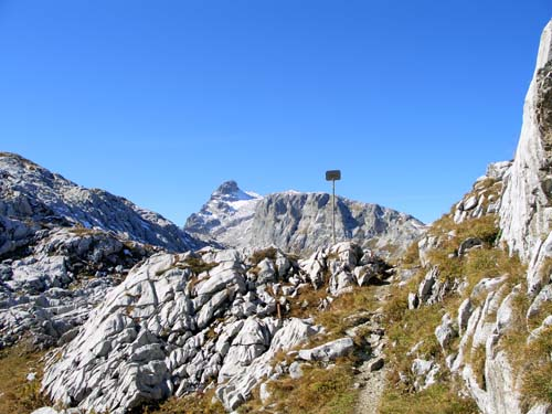 Foto: vince 51 / Wander Tour / Von der Tilisunahütte auf die Scheienfluh (2627m) / am Grubenpass, im Hintergrund die Sulzfluh / 17.05.2007 20:35:51