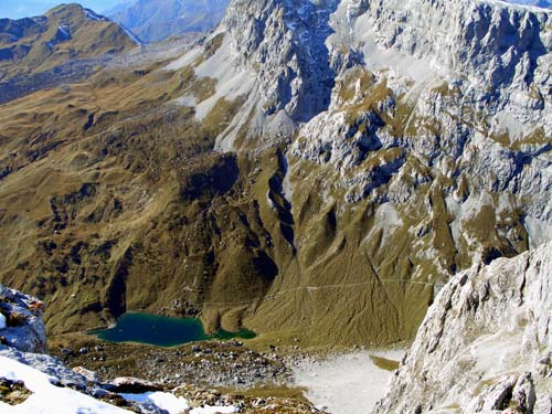 Foto: vince 51 / Wander Tour / Von der Tilisunahütte auf die Scheienfluh (2627m) / Tiefblick auf den Partnunsee / 17.05.2007 20:35:20
