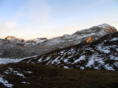 Foto: vince 51 / Wander Tour / Von der Tilisunahütte auf die Scheienfluh (2627m) / rechts Weissplatte, links der Bildmite Scheienfluh im Abendlicht / 17.05.2007 20:32:39