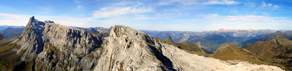 Foto: vince 51 / Wander Tour / Von der Tilisunahütte auf die Scheienfluh (2627m) / Sulzfluh, Weissplatte und im Hintergrund der Talkessel von Schruns / 17.05.2007 20:30:52