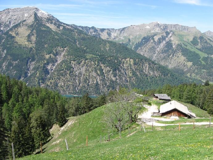 Foto: mucho / Mountainbike Tour / Rund um den Unnutz / Köglalm, Achensee, links Seekarspitze / 20.05.2007 17:56:09