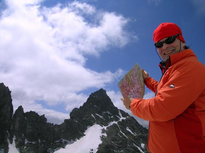 Foto: Andreas Koller / Wandertour / Rysy - Paradeberg der Hohen Tatra (2503 m) / Kartenstudium bei der Chata pod Rysmi / 21.05.2007 18:55:50