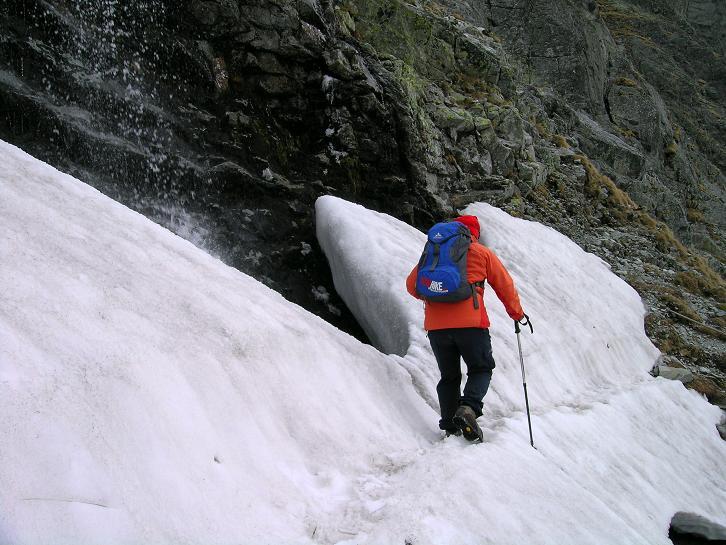 Foto: Andreas Koller / Wander Tour / Rysy - Paradeberg der Hohen Tatra (2503 m) / Querung unterhalb eines Wasserfalls in der Steilstufe / 21.05.2007 18:58:35