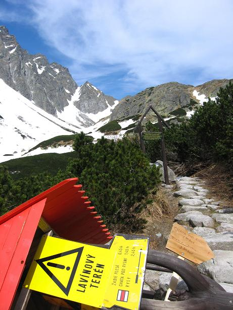Foto: Andreas Koller / Wander Tour / Rysy - Paradeberg der Hohen Tatra (2503 m) / Umgefallener Wegweiser bei der Rysy-Abzweigung / 21.05.2007 18:52:29