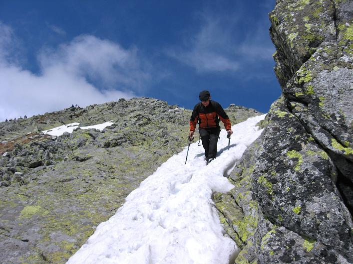 Foto: Andreas Koller / Wander Tour / Krivan von Strbske pleso (2494 m) / Lehrbuchmäßiger Abstieg auf einem steilen Schneefeld / 21.05.2007 19:41:26