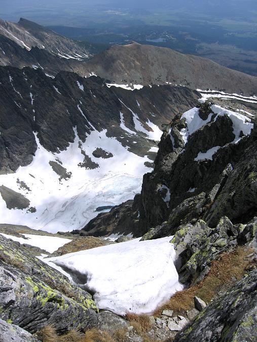 Foto: Andreas Koller / Wander Tour / Krivan von Strbske pleso (2494 m) / Tiefblick nach O zum Jamske pleso / 21.05.2007 19:41:51