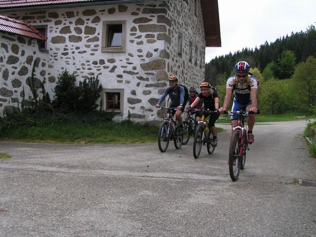 Foto: Jürgen Lindlbauer / Mountainbike Tour / Von Unterweitersdorf nach Ottenschlag im Mühlkreis / Schöne Dreiseithöfe in der Ortschaft Stiftung / 21.05.2007 22:23:13