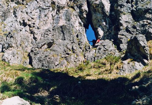 Foto: vince 51 / Wander Tour / Von Unterjoch auf den Zinken (1613m) / Durch dieses Loch gehts zum Gipfel / 22.05.2007 21:42:39