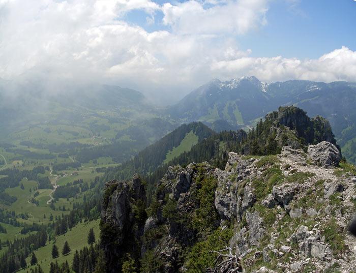 Foto: vince 51 / Wander Tour / Von Unterjoch auf den Zinken (1613m) / Der Zinken vom Sorgschrofen gesehen, links unten die Zehrerhöfe / 04.06.2007 20:18:14