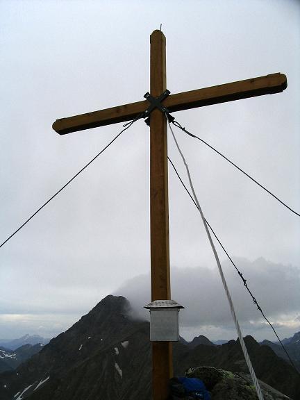 Foto: Andreas Koller / Wander Tour / Gummaberg und Kreuzhöhe (2566 m) / Gipfelkreuz auf der Kreuzhöhe mit Kasereck (2740 m) im Hintergrund / 28.05.2007 10:40:47