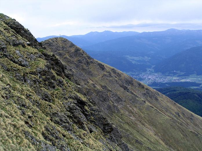 Foto: Andreas Koller / Wander Tour / Gummaberg und Kreuzhöhe (2566 m) / Am Rückweg von der Kreuzhöhe sieht man das Gipfelkreuz des Gumma und im Tal Tamsweg / 28.05.2007 10:38:42