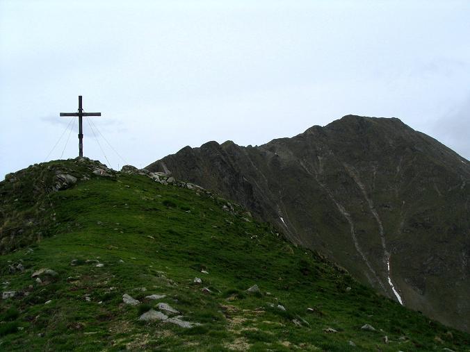 Foto: Andreas Koller / Wander Tour / Gummaberg und Kreuzhöhe (2566 m) / Gipfelkreuz am Gumma und Kreuzhöhe im Hintergrund / 28.05.2007 10:37:13