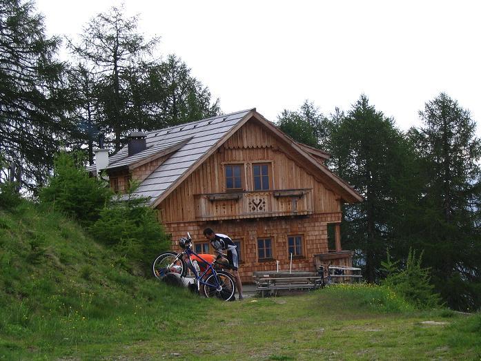 Foto: Andreas Koller / Wander Tour / Gummaberg und Kreuzhöhe (2566 m) / Die gemütliche Wildbachhütte / 28.05.2007 10:47:22