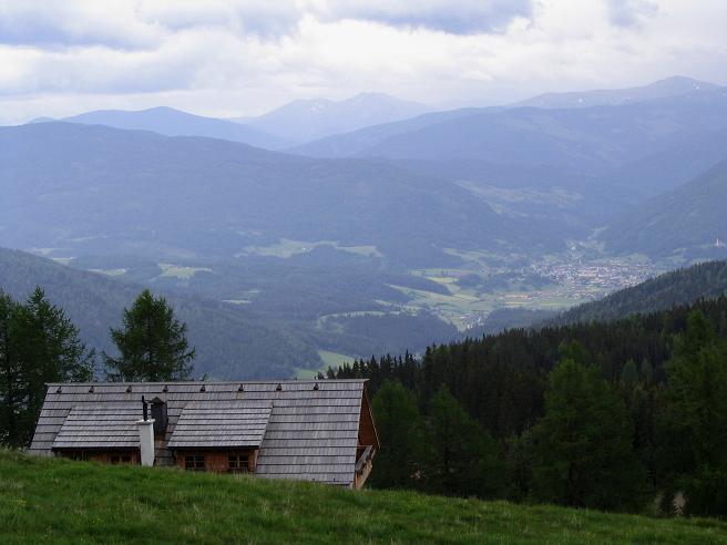 Foto: Andreas Koller / Wander Tour / Gummaberg und Kreuzhöhe (2566 m) / Blick über die Wildbachhütte nach Tamsweg / 28.05.2007 10:47:07
