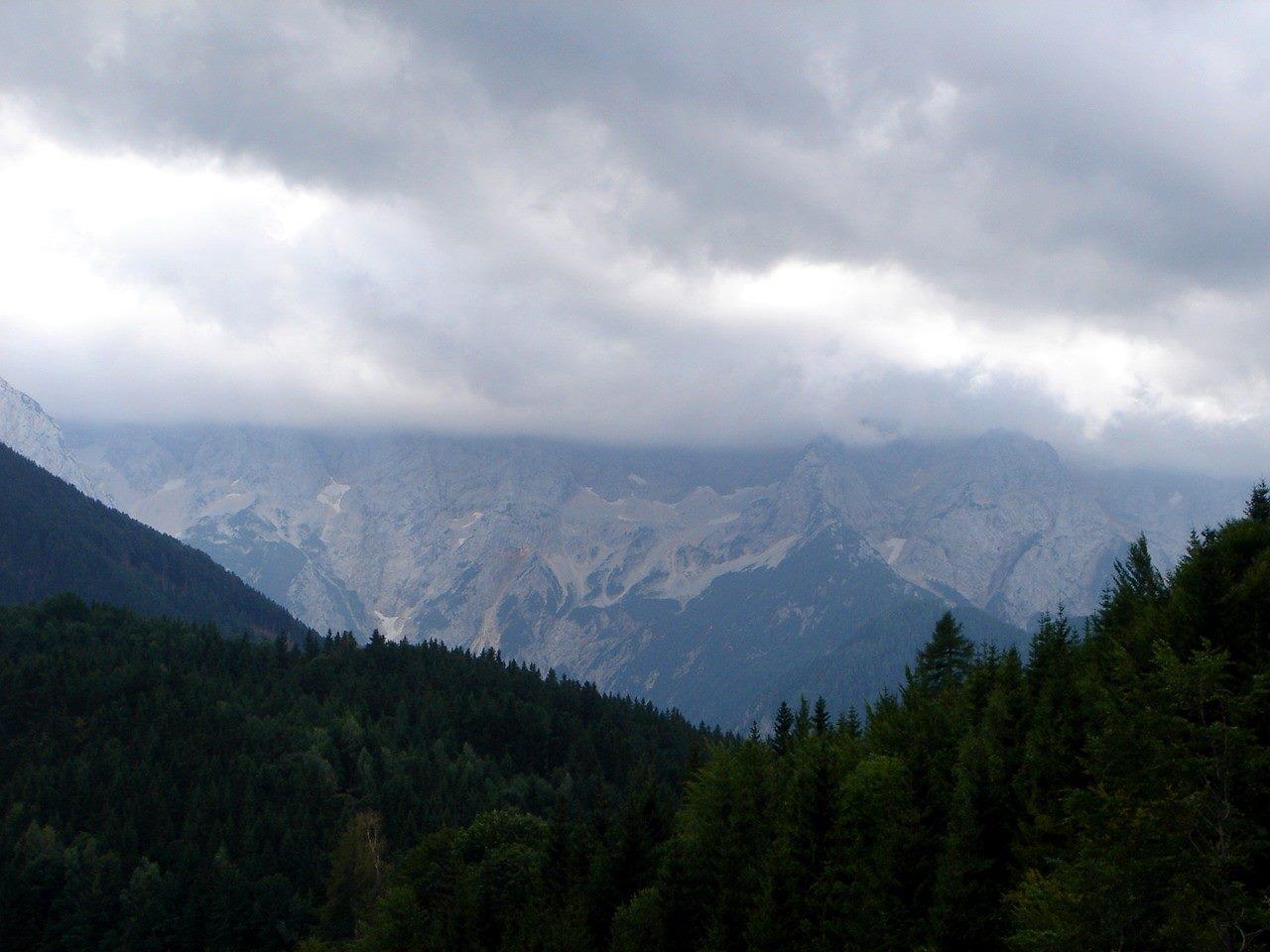 Foto: Manfred Karl / Wander Tour / Über den Krainersteig auf den Kärntner Storschitz / Düstere Stimmung gegen den Hauptkamm der Steiner Alpen. / 03.06.2007 17:56:40