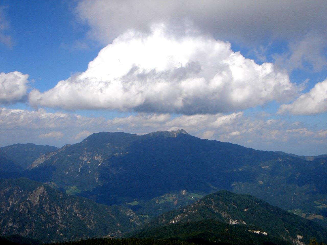 Foto: Manfred Karl / Wander Tour / Über den Krainersteig auf den Kärntner Storschitz / Der stürmische Wind zaubert immer wieder neue Wolkenbilder am Himmel. / 03.06.2007 18:07:16