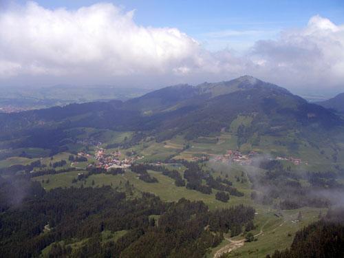 Foto: vince 51 / Wander Tour / Auf den Sorgschrofen (1638m) / links Jungholz, rechts Längenschwand, darüber Reuter Wanne / 03.06.2007 21:21:00