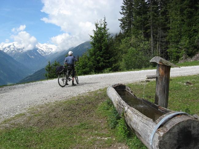 Foto: mucho / Mountainbike Tour / Starkenburger Hütte  / Rastplatz, Zuckerhütl, Freiger in Wolke / 04.06.2007 14:37:54