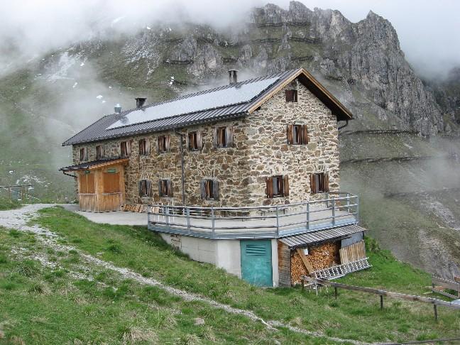 Foto: mucho / Mountainbike Tour / Starkenburger Hütte  / Starkenburger Hütte mit Burgstall / 04.06.2007 14:38:20