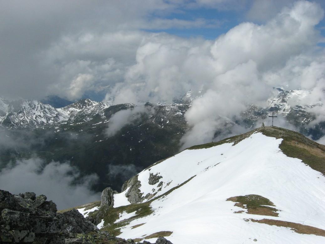 Foto: mucho / Mountainbike Tour / Hippold / Blick vom Vermessungspunkt zum Gipfelkreuz Richtung Westen / 06.06.2007 19:16:46