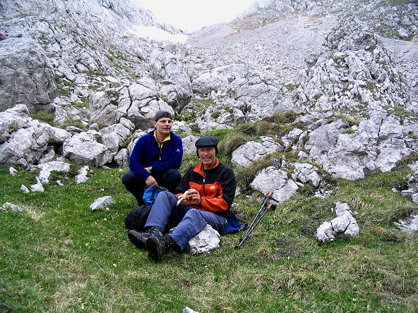 Foto: Andreas Koller / Wander Tour / Über die Gsollhütte auf die TAC-Spitze (2019 m) / Rast unterhalb der Griesmauer / 07.06.2007 23:01:06