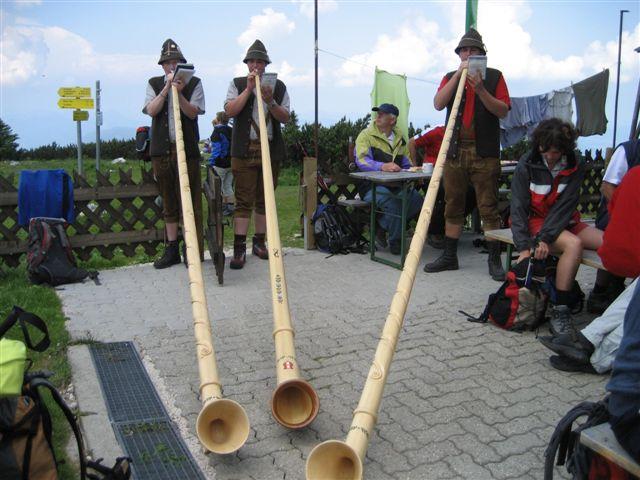 Foto: Alpinfreunde / Wandertour / Hochleckenkogel, Brunnkogel, Hochleckenhaus / Alphornbläser am Hochleckenhaus / 10.06.2007 20:21:09